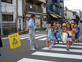 小学校1年生を中心に登校時を見守り歩く