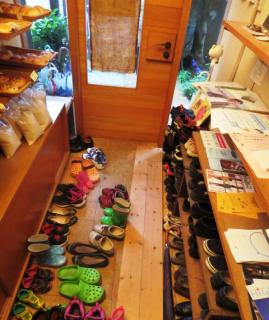 靴がいっぱいの子ども食堂玄関