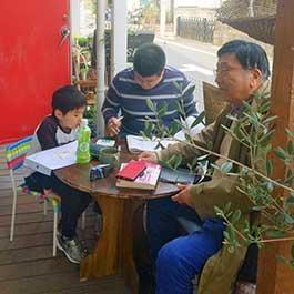 親子で簿記の勉強中の写真
